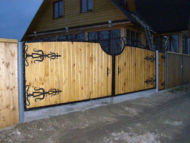 Кованые петли на деревянных воротах