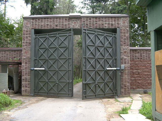 Автоматические распашные кованые ворота