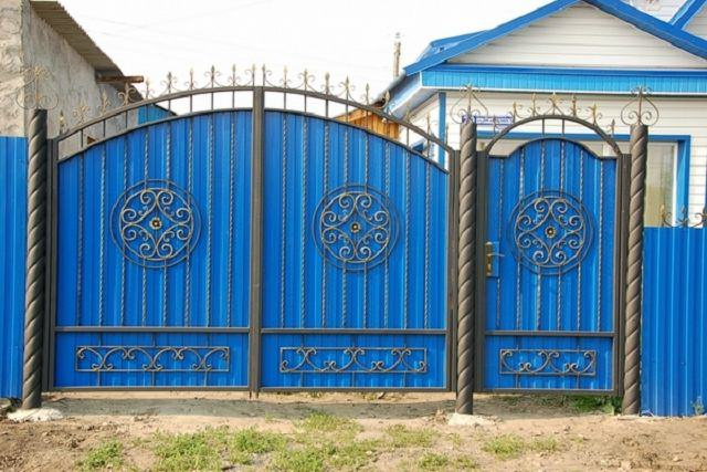 Ворота кованые с профнастилом