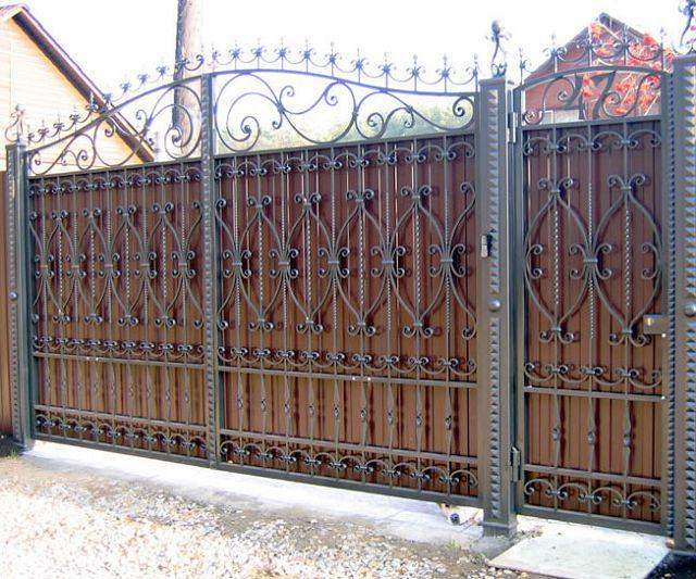 Распашные кованые ворота с профнастилом