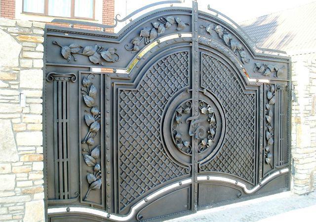 Кованые именные вензеля на воротах