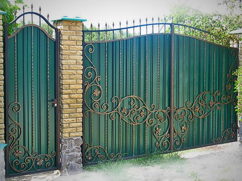 Ворота кованые распашные с профнастилом
