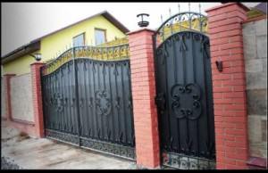 Фото калитки в частном доме красные столбы